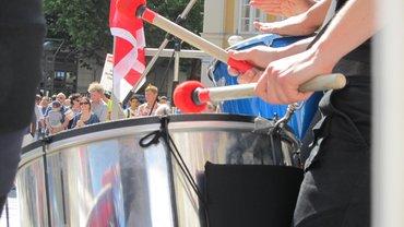 Sambatrommeln bei der Streikversammlung Redakteure 2011 am Münchner Marienplatz